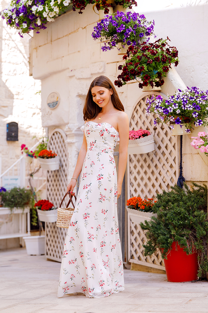 larisa costea, larisa style,larisa in italy, fashion blogger, travel blogger,fashion blog, travelblog,italy, italia,puglia, polignano a mare,polignano, summer in italy, may 2018,holiday,summer, vacation,summmer dress,ever pretty dress,long dress, white dress, floralprint,flowers, city center,old center,centro storico, medium hair, lob cut, straw bag, handmade bag,flower in hair,red flower,ruffled dress