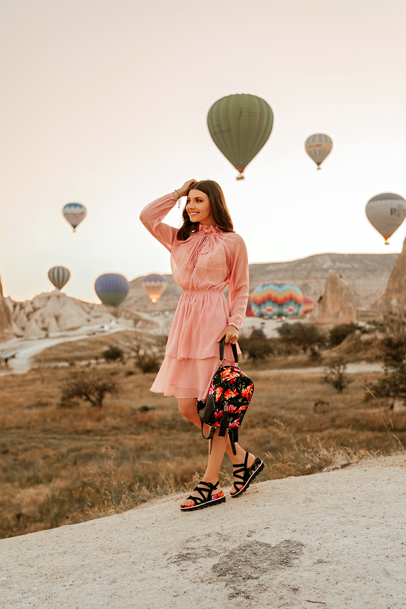 larisa costea, larisa style, larisa in turkey, cappadocia, kappadocia, kapadocia, capadocia, turkey, turkye, travel to turkey, visit turkey, best destinations, best vacations, holiday, travel, destination, rose valley,swords valley, fairy chimneys, chimneys, balloon, ballon ride, hot air balloon, nakd, nakd fashion, discount code, larisaxnakd, pink dress, silk dress, ruffled dress, anna cori, anna cori sandals, sandale, sandale din piele, rucsac, anna cori backpack, print floral, floral print, summer outfit, travel outfit, outfit of the day, outfit inspiration, ootd, flowy dress, rochie vaporoasa, tinuta de vara