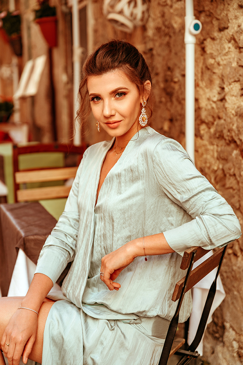 larisa costea,larisa costea blog, fashion blogger,blogger, online shop, romanian designer, designer roman,la maison de confiance, benjamin franklin 7, showroom, magazin online,haine,rochii,rochei matase, silk dress, minty silk dress,crepe, wrap dress, sicily, travele, travel fashionista, fashion travels, gold sandals, vespa, italian streets, sicily, sicilia,ortigia, siracusa, oldarchitecture,fashion,oots, what to wear,sping outfit, summer outfit, up do, boreally earrings,jessica buurman sandals, outfit, ootd, cocktail look, inpo, inspiration