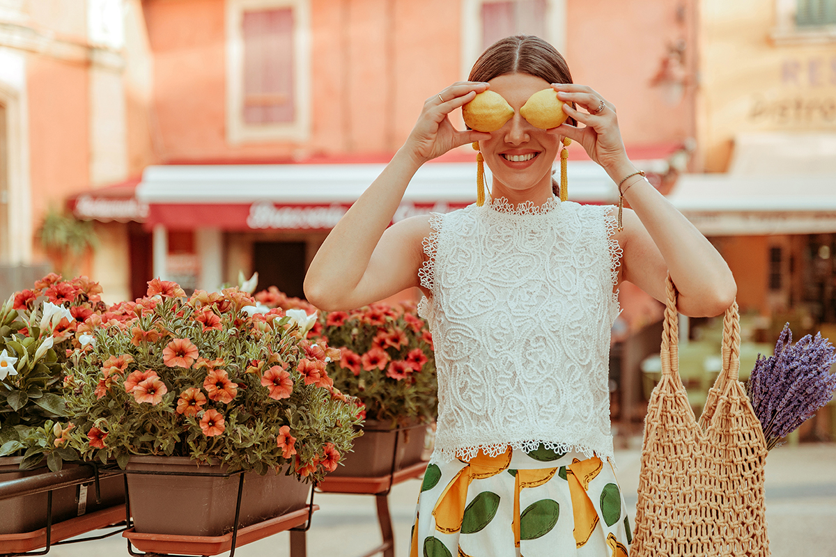larisa costea, larisa costea blog, larisain provence,larisa style, fashion blog,travel blog, traveler, best destination, best vacation,summer 2019, rousillon,provemce, colorado provencal, canyons, red buildings,pink buildings, salmon buildings, chicwish ootd,chicwish full outfit, chicwish lace top,white lace top, a line skirt, chicwish skirt,lemon print skirt, white skirt, fruit print, lavender bouquest, straw bag, madewell, shopbop, white slides, perfect summer slides, ootd, outfit inspiration,primark earrings,yelloe earrings, bead earrings