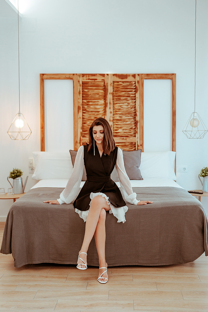 larisa costea, larisa costea blog, fashion blog, travel blog, gomez rooms, xativa, zara white sandals, sparkling long earring, valencia, alicante, larisa in spain, best view, best location, best destination, best hotels, hotel, big room, clean room, balcony