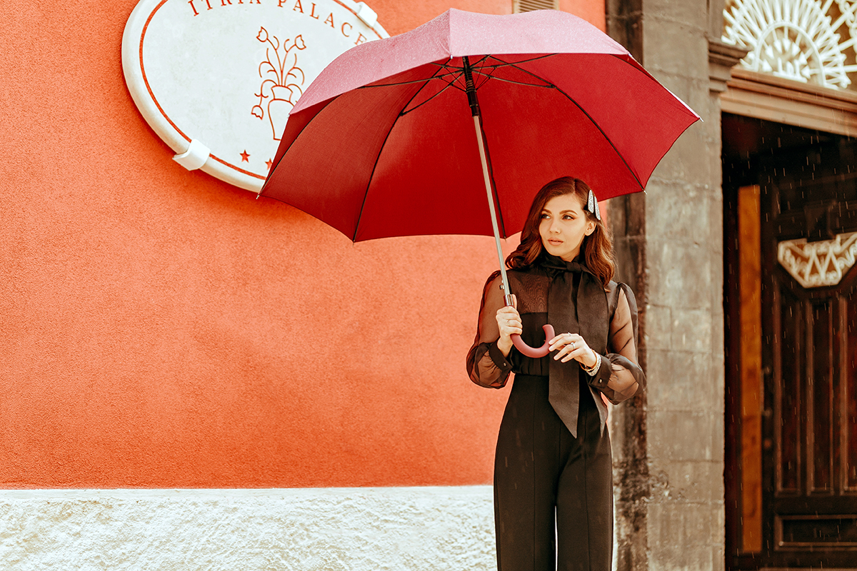 larisa costea, larisa style, larisa in italy, larisa in sicily, larisa costea blog, fashion blog, life style, travel blog, sicilia, bella italia, itria palace, best hotels, best location, best destination, ibla ragusa, ragusa, best city, best italian town, old building, lovely architecture, ootd, autumn outfit, fall outfit, outfit inspiration, black organza shirt, black shirt, la maison de confiance, quality fabrics, materiale de calitate, haine de calitate, designer roman, wide leg pants, pantaloni evazati, hair clips, sparkling hair clips, nye look, inspiration
