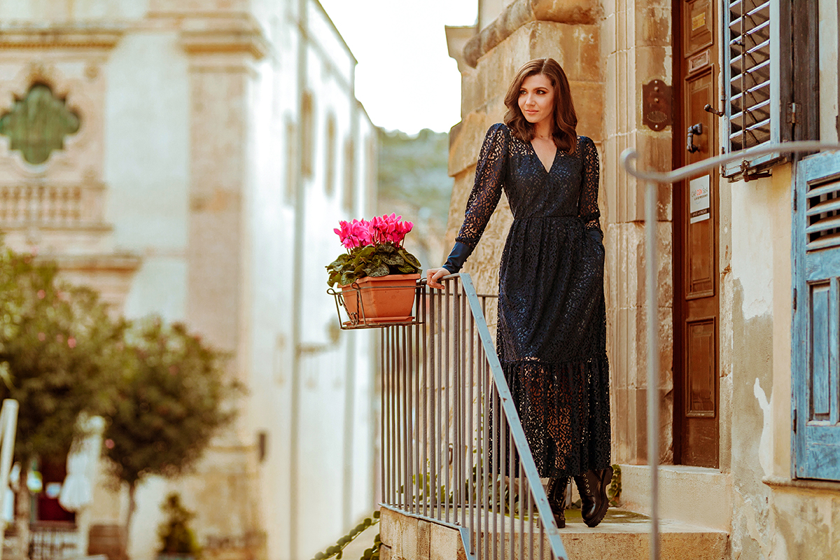 larisacostea, larisa style, larisa costea blog, larisa in italy, larisa insicily, sicily, sicilia, scicli, new town, new discovery, best destination, best location, city center, old city, la maison de confiance, rochii de calitate, rochie din dantela, rochie toamna-iarna, coletia toamna iarna, navy, bleumarin, rochie lunga, bocanci, tezyo, ghete image, ghete piele, bocanci, ootd, outfit inspiration, fall outfit, autumn look, street style