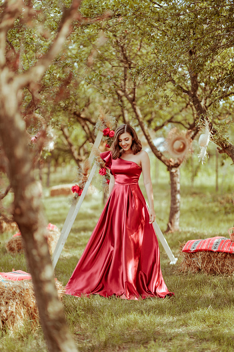 larisa costea, larisa costea blog, larisa costea countryside, orchard, countryside, la tara, livada, baloti de paie, boho triangles, wood deco triangles, boho wedding these, prom dress, long dress, elegant dress, red satin dress, ever pretty, aliexpress, ever pretty shop, elegant dresses shop, online shop, affordable dresses, wedding guest, hay stack, country wedding, red roses, a line dress, one shoulder ruffle, green, nature, trees, boho wedding set up, pinterest, fashion blogger, elegant outfit, wedding guest outfit, outfit inspiration, fashionista