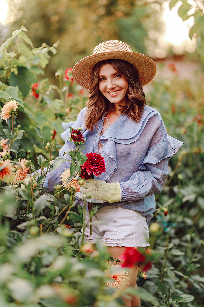 larisa costea, larisa costea blog, larisa costea style, countryside, countryside style, larisa countryside, picking dahlias, pinetrest dahlia pictures, bucket full of dahlias, hunter boots, patent hunter boots, shopbop, style high, online shopping, discounts, sales, pnk linen blouse, blue top, white ripped jeans, white denim shorts, bowter hat, ootd, outfit inspiration, splendor in the garden, my garden, dalii, flori, cizme din cauciuc, tinuta cu cizme din cauciuc, rubber boots outfit, black hunter boots outfit, fashion blog, trvel blog, lifestyle blog