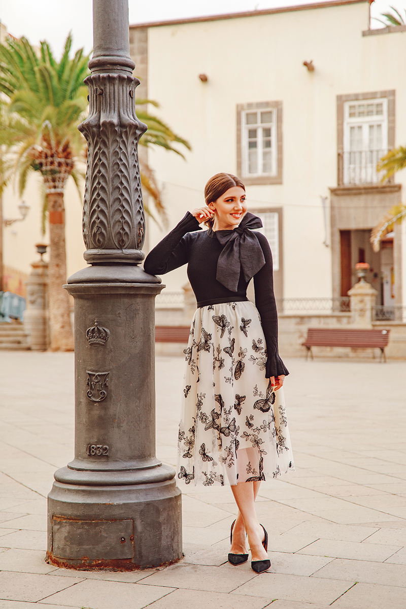 larisa costea, larisa style, larisa costea blog, fashion blog, travel blog, fashionista, traveler, black sweater, sweater blouse, chic blouse, bow blouse detal, chicwish, chicwish skirt, tulle skirt, beige skirt, black embroidery, butterfky embroidery, las palmas, gran canaria, santa ana cathedral, las palmas center, travel, covid, travel durin covid, 2021 travel, january, best destination, best location